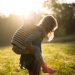 Quin és el rol de l'adult en el joc dels infants?